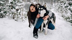 Обои Зимние Собаки Хаски Шатенка Улыбка Шапки Животные