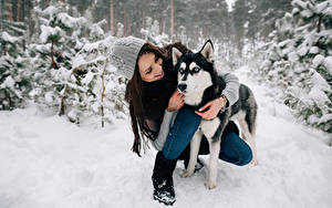Обои Зимние Собаки Хаски Шатенка Улыбка Шапки Девушки Животные