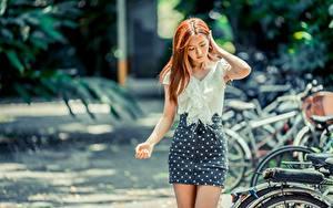 Картинки Азиатки Боке Юбка Руки Шатенки Блузка молодые женщины