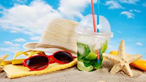 Фотографии Напитки Полотенце Мохито Пляжи Песке Шляпа Очках Стакана