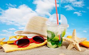 Фотографии Напиток Полотенце Мохито Пляж Песка Шляпе Очки Стакан
