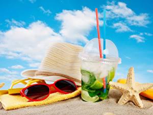 Фотографии Напитки Полотенце Мохито Пляж Песке Шляпы Очков Стакане