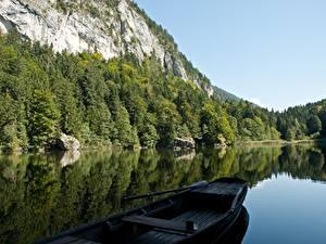 Фотографии Озеро Лодки Гора Леса Австрия Скале Альп Berglsteiner See, Kufstein, Tyrol