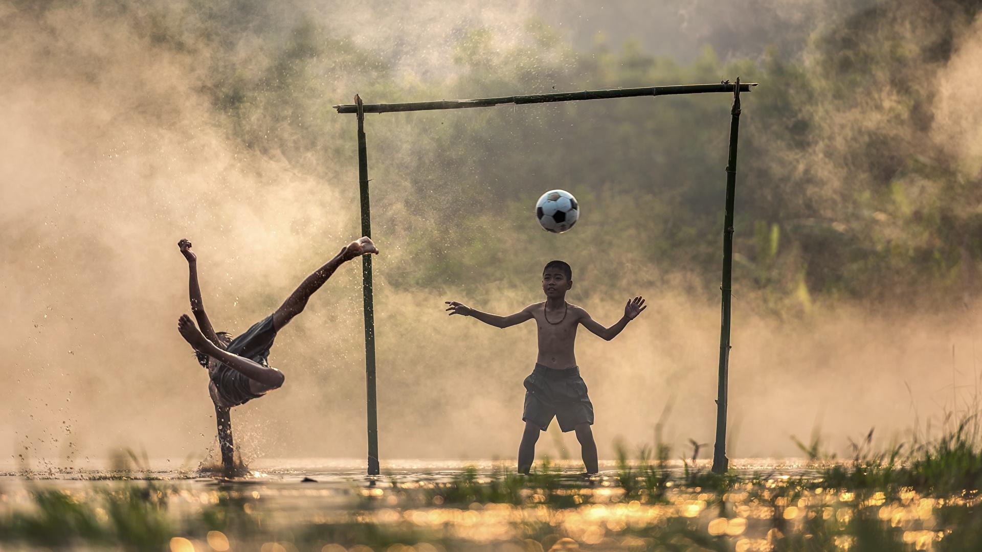 Картинка мальчишка Дети тумане Вратарь в футболе две Футбол Азиаты Мяч 1920x1080 мальчик Мальчики мальчишки Туман тумана ребёнок 2 два Двое вдвоем азиатка азиатки Мячик