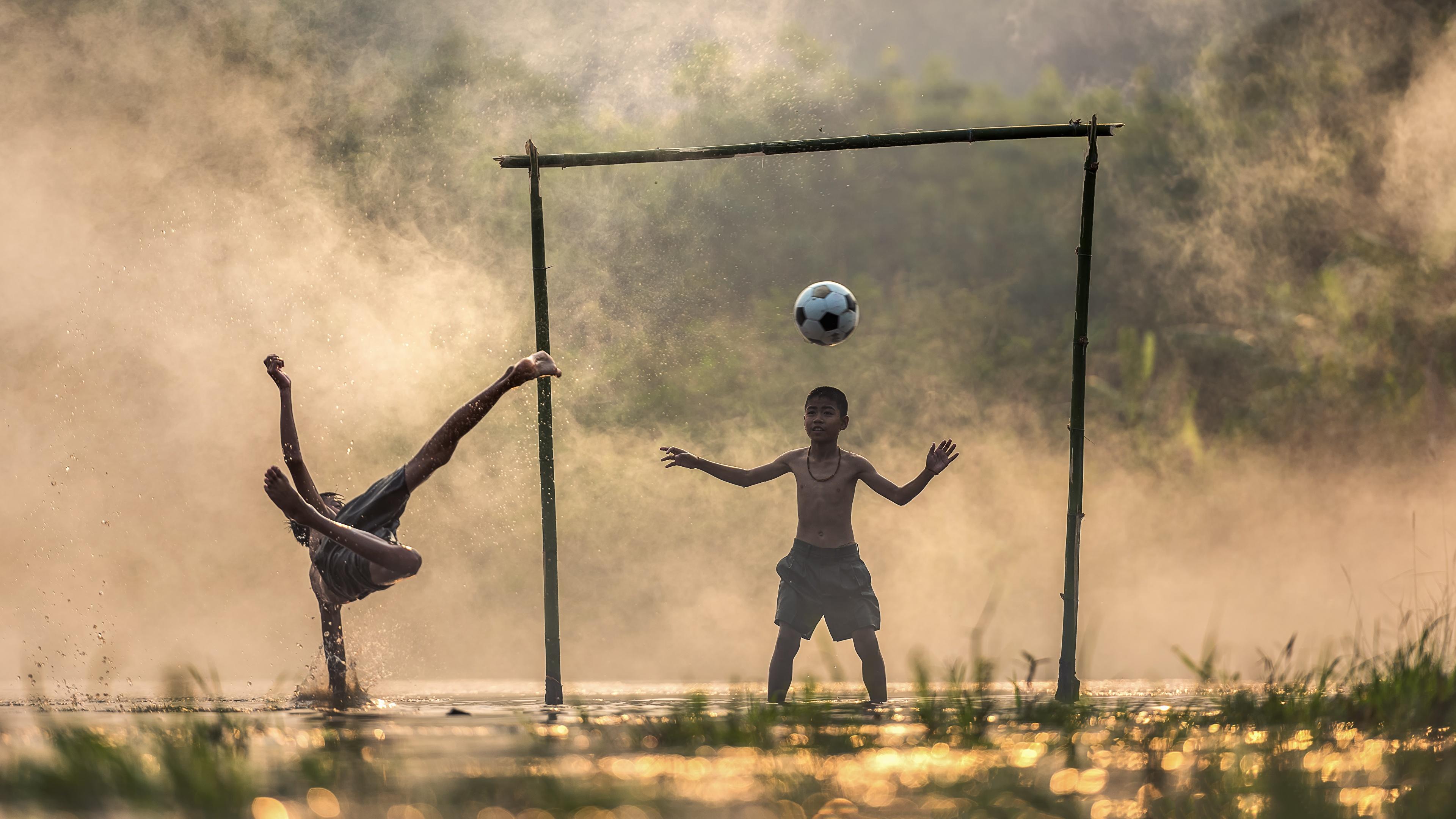 Картинка мальчишка Дети тумане Вратарь в футболе две Футбол Азиаты Мяч 3840x2160 мальчик Мальчики мальчишки Туман тумана ребёнок 2 два Двое вдвоем азиатка азиатки Мячик