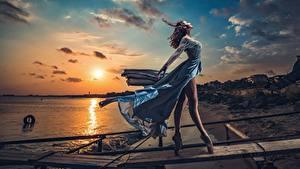 Картинки Рассвет и закат Вечер Небо Платье Ветер Ноги Балете Модель Солнце Красивые Позирует Ivan Slavov девушка Природа