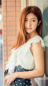 Картинки Азиатка Шатенки Рука Отражении Блузка Боке молодая женщина