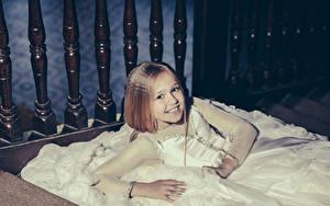 Фотографии Девочки Улыбается Платье Смотрит Дети