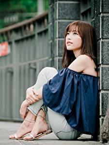 Обои Азиатки Боке Шатенка Сидящие Руки Ног молодые женщины