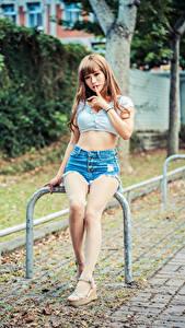 Обои Азиаты Сидящие Ног Шорты Рука девушка