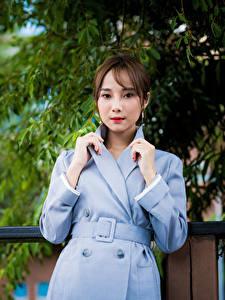 Обои Азиатки Пальто Рука Шатенки Смотрит девушка