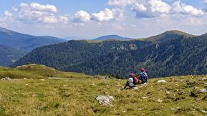 Фотография Альпенизм Горы 2 Отдыхает Альпенист Сидящие Трава Природа