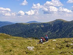 Фотография Альпинизм Горы 2 Отдых Альпинист Сидит Трава Природа