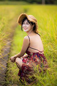 Картинки Поля Азиаты Боке Сидящие Платья Спины Шляпа Брюнетки Взгляд