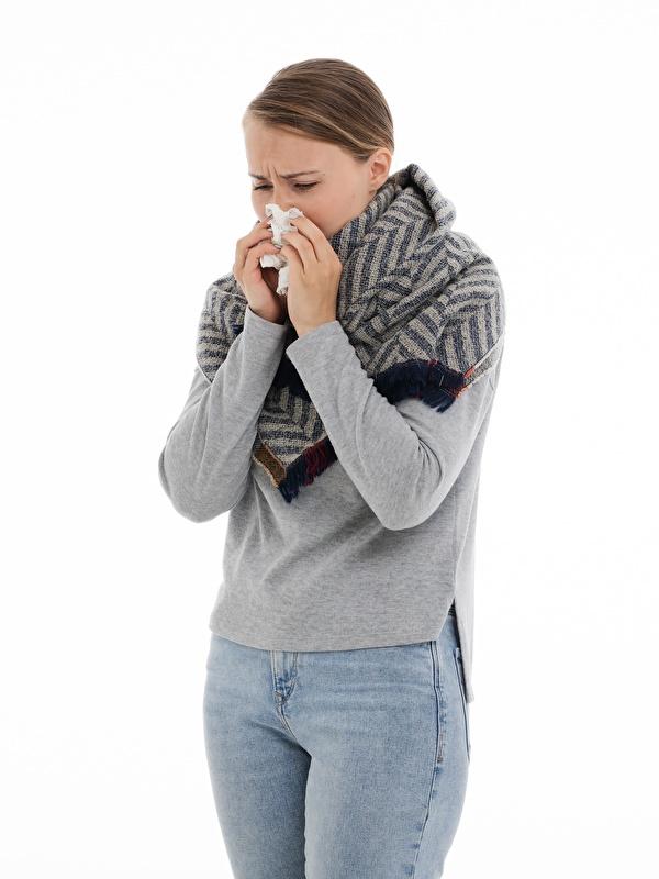 Фотография молодая женщина шатенки runny nose, colds Простуда Джинсы Руки белом фоне 600x800 для мобильного телефона девушка Девушки молодые женщины Шатенка болеет джинсов рука Белый фон белым фоном
