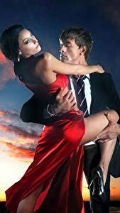 Фотография Мужчины Любовь Вечер 2 Облака Платье Объятие девушка