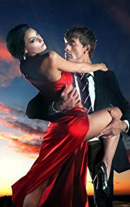 Фотография Мужчины Любовь Вечер 2 Облака Платье Объятие Девушки