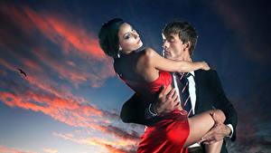 Фотография Мужчины Любовь Вечер 2 Облака Платье Объятие