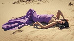 Фото Песок Брюнетка Платья Лежа Модель Поза