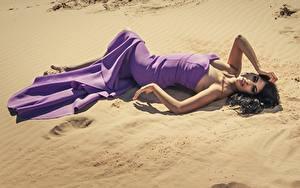 Фото Песка Брюнетки Платья Лежа Фотомодель Позирует девушка