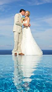 Обои Брак Женихом Невесты Блондинка Обнимает Платья девушка