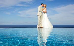Обои Брак Женихом Невесты Блондинка Обнимает Платья