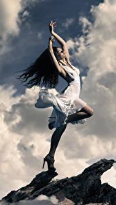 Фотографии Брюнетка Платье Руки Облака Девушки
