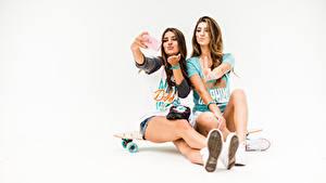 Картинки Скейтборд Красивая Селфи Белом фоне Вдвоем Сидящие молодая женщина