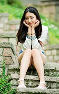 Картинка Азиаты Брюнетка Лестница Сидя Ноги девушка