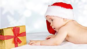 Фотографии Новый год Белый фон Грудной ребёнок Шапки Подарков