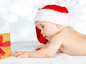 Фотографии Новый год Белый фон Грудной ребёнок Шапки Подарков ребёнок