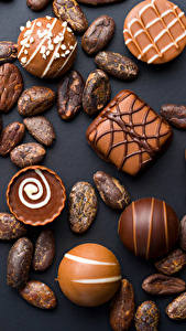 Фотографии Сладости Конфеты Шоколад Черный фон Еда