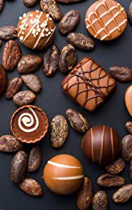 Фотографии Сладости Конфеты Шоколад Черный фон Продукты питания