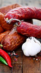 Фотографии Мясные продукты Колбаса Чеснок Перец Доски Продукты питания