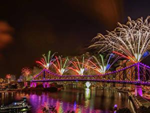 Картинка Брисбен Австралия Фейерверк Реки Мосты Ночь Электрическая гирлянда Города