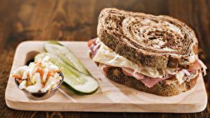 Картинка Фастфуд Бутерброды Хлеб Огурцы Сэндвич Разделочная доска