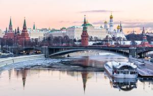 Фото Речка Мосты Здания Московский Кремль Речные суда Россия Города