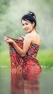 Картинка Вода Азиаты Трава Брюнетка Смотрит Девушки