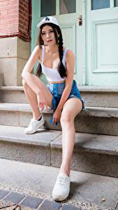Обои для рабочего стола Азиаты Лестница Сидящие Ноги Шорты Майки Кепкой Смотрят Косы девушка
