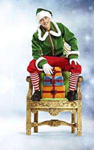 Картинки Рождество Эльфы Кресло Подарки Сидящие Униформа Улыбка