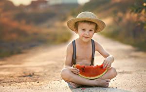 Фото Арбузы Мальчишка Сидит Шляпа Взгляд ребёнок