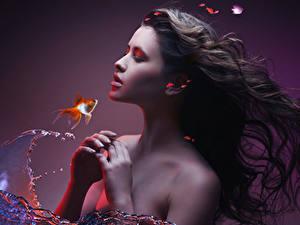 Фотографии Рыбы Шатенка Руки Красивые Девушки