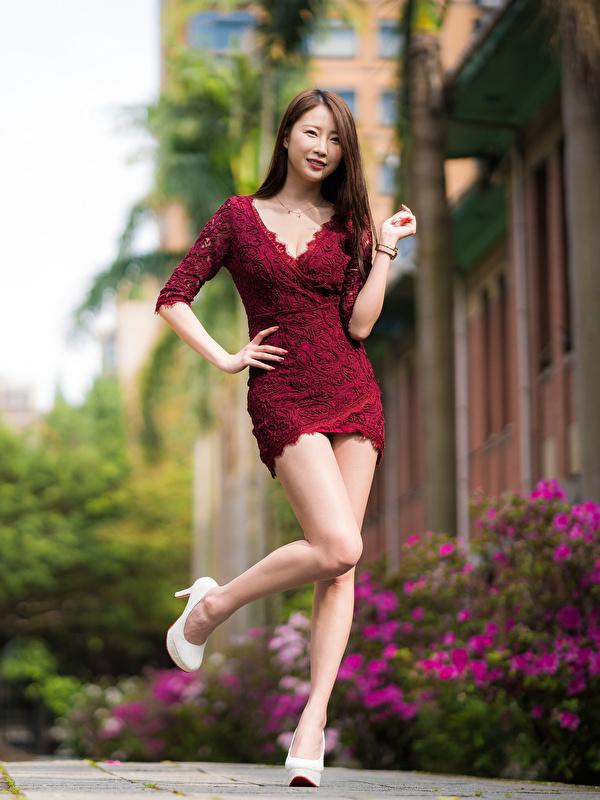 Фотографии позирует девушка ног азиатки платья 600x800 для мобильного телефона Поза Девушки молодая женщина молодые женщины Ноги Азиаты азиатка Платье
