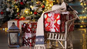 Фото Новый год Кресло Подарки Фонарь Шарф