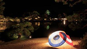 Фотографии Япония Сады Пруд Ночь Зонт Уличные фонари Okayama Природа