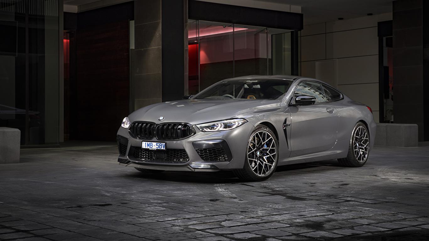 Обои для рабочего стола BMW 2020 M8 Competition Coupé Купе серая авто 1366x768 БМВ Серый серые машина машины Автомобили автомобиль