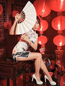 Картинка Азиатка Сидя Ноги Туфлях Платья Веер Смотрит молодые женщины
