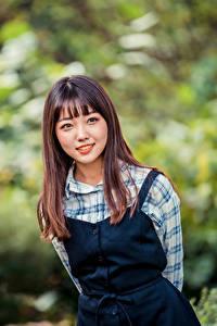 Фото Азиатка Размытый фон Улыбка Шатенка молодые женщины