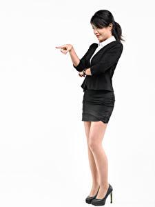 Картинки Азиаты Белый фон Позирует Туфли Юбки Рука Брюнетки Девушки