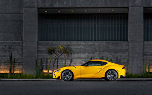 Обои Тойота Желтый Металлик Сбоку GR Supra 2.0 North America, (A90), 2020 автомобиль